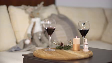 alkoholos : Small table with glasses of wine