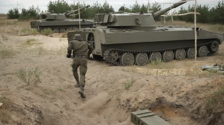 солдаты : Submission of ammunition in self-propelled artillery installatio