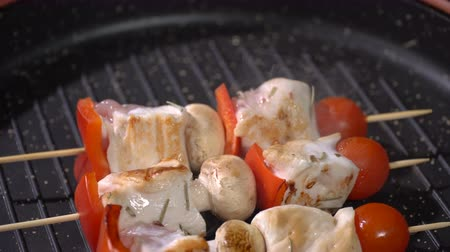 pepper : Chicken skewers fried in a pan Stock Footage