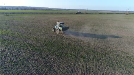 petroleiro : Tractor makes fertilizer. Aerial survey Vídeos
