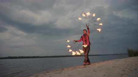 balanceamento : Man with fire on the river at sunset