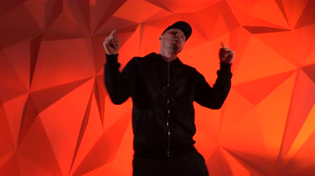 chmiel : Rapper guy rap in front of the camera on a red background Wideo