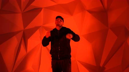 банда : Rapper guy rap in front of the camera on a red background Стоковые видеозаписи
