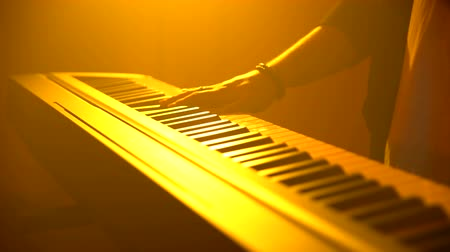 compositor : The musician plays the keyboard. Close-up Vídeos