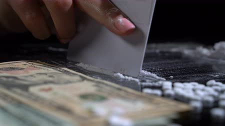 coque : White cocaine powder on a table with dollar bills Stock Footage