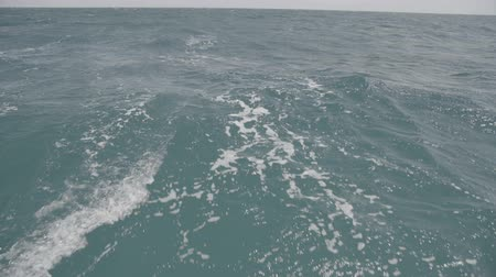 mond : Wake trail from a yacht and waves in the Black Sea. S-Log3 S-Gamut3 Cine Stock mozgókép