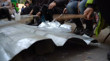 assalto : Protesters hit metal sheets with batons on protest rallies. Slow motion. Video with sound Stock Footage