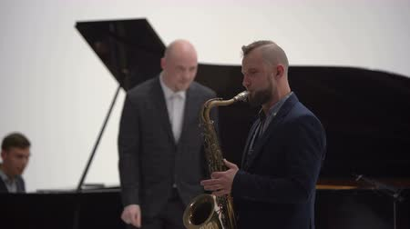 sassofono : Jazz musician plays the saxophone in a band Filmati Stock