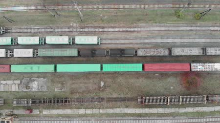 goederentrein : Industrial concept. Cargo trains and freight wagons with goods on railway station tracks Stockvideo