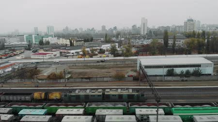 goederentrein : Drone view of freight heavy train with lots of wagons and fule tanks in industrial railway station Stockvideo