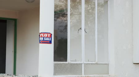 для продажи : Plot for sale sign sticker on house building. House for sale on lawn white house selling. Real estate concept Стоковые видеозаписи