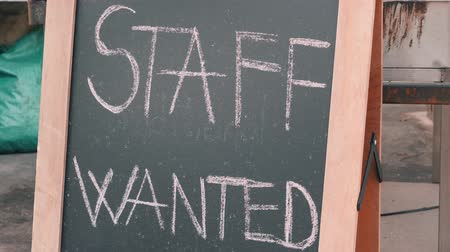 cercasi : Staff wanted chalk board sign. Vacancy sign on black chalkboard. Headhunter concept. Job hire concept. Filmati Stock