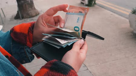 consumo : Hands opening wallet cash holder and counting euros. Woman opens cash holder wallet and counts cash euro bills. Vídeos
