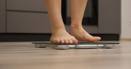 gevşek : Woman legs checking weight. Female barefoot on scales measuring weight, close up. Weight loss concept