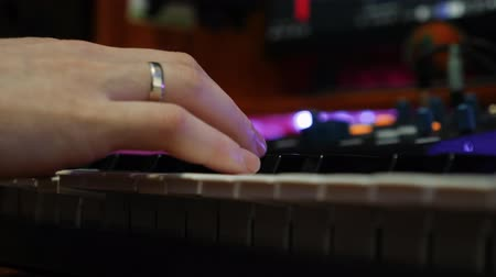 compresor : Male fingers playing on electric piano in recording home studio. Close up of hands play piano midi keyboard. Sound engineer creating music at home studio. Music composing process Archivo de Video