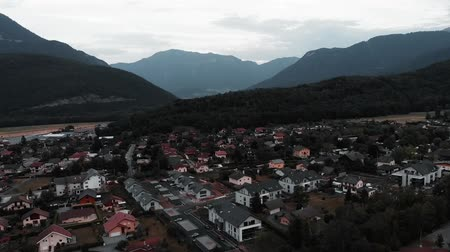 dorpsgezicht : Mountain village with cottages surrounded by Alps in France. Drone flying in mountains valley. Commune Doussard drone shot view