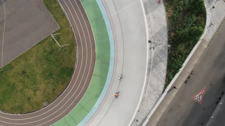 fixní : Drone top view of cycling track in Kiev. Training at velodrome. Cycling training. Male cyclists are riding on fixed gear bikes