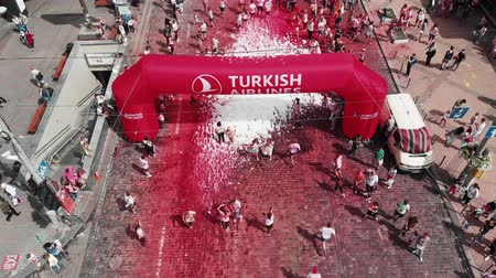 "joggeuse : Kiev  Ukraine - 2 juin 2019 - Vue aérienne du drone de l'arche ""Turkish Airlines"" à Color Run Kyiv. Heureux participants prenant part au festival holi coloré. Les femmes et les hommes franchissent la ligne d'arrivée à la course"