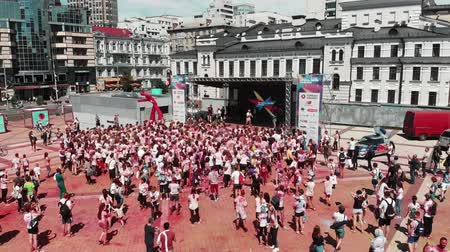 participante : Kyiv  Ukraine - June 2, 2019 - Drone flying around stage at Color Run Kyiv. Happy people standing near stage and dancing. Leading talking with participants of run race