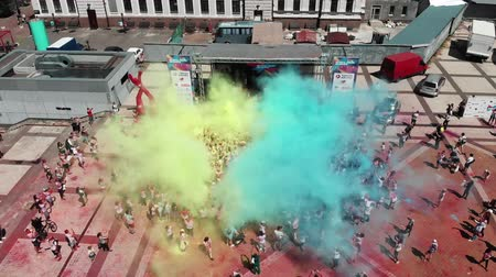 participante : Kyiv  Ukraine - June 2, 2019 - People throwing holi paint up in the sky at Color Run Kyiv. Women and men throw colorful blue and yellow paints. Ukrainian national flag from fluorescent paints Vídeos