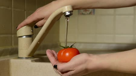 lavatório : woman washes her hands tomatoes