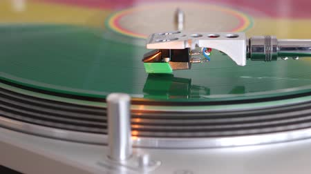 usado : colorful vinyl spinning on a record player Stock Footage