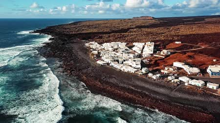 засушливый : Aerial view of village and volcanic Lake El Golfo, Lanzarote, Canary Islands, Spain