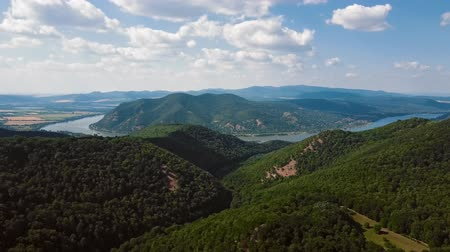 margem do rio : Aerial time lapse view over Danube bend, near Visegrad, Hungary. Stock Footage