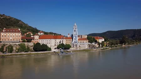 barocco : Panorama of Durnstein town, as it can be seen from cruise ship deck. Wachau valley, Austria Filmati Stock