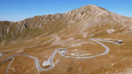 曲がりくねった : Time lapse of Fuscher Torl pass on Grossglockner scenic High Alpine Road, Austria