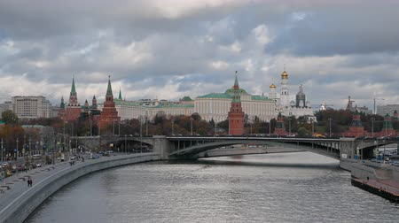 Time lapse of Moscow Kremlin and Moskva river with cruise ships, Russia. Stok Video