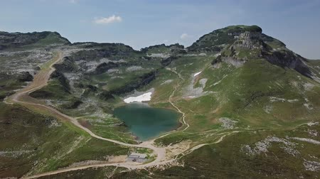 perdedor : Flight over of Augstsee lake on top of Loser Panoramic Road Altaussee in Salzkammergut, Austria. Stock Footage