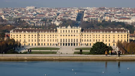 avusturya : Time lapse of Schonbrunn palace and park, Vienna, Austria Stok Video