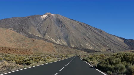 кальдера : POV car travelling by road to Teide volcano, Teide National Park, Tenerife, Canary islands, Spain