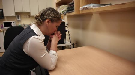 zasnoubený : Woman is so frustrated at work she beats her head against a desk, ready to cry