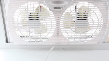 díszítés : A dual sided white fan showing one side slowing down and stopping movement.