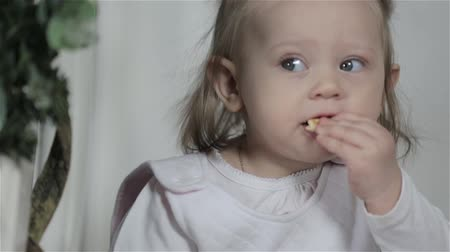 nepořádek : Little Girl Eats Biscuit Cookies