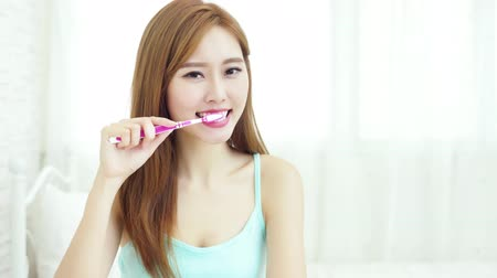 pędzel : video of woman take toothbrush and smile happily at home Wideo
