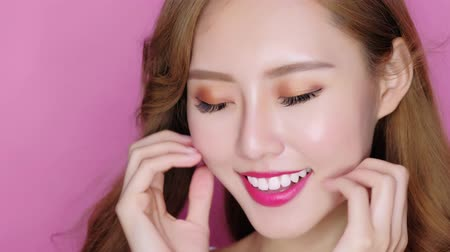 makijaż : beauty makeup woman feel carefree and enjoy on the pink background
