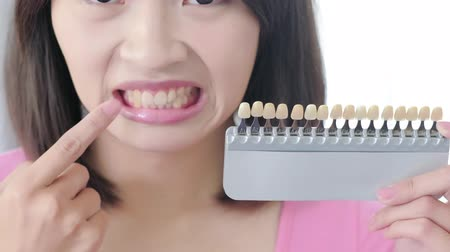 przychodnia : woman take tooth color palette with whiten concept Wideo