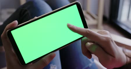 monitoração : woman take cell phone with green screen