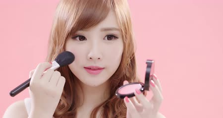 menina : beauty woman take makeup brush on the pink background