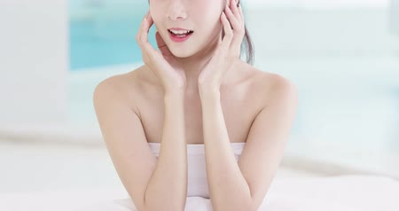 chăm sóc sức khỏe : beauty skin care woman in the bathroom