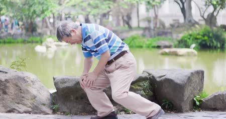 kolano : old man with knee problem at the park Wideo