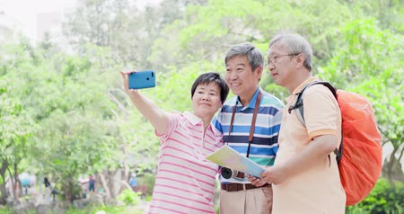 aposentar : old travel people selfie happily in the park