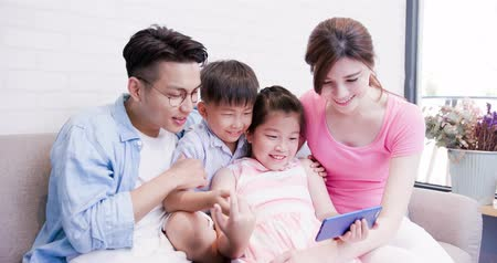 sorridente : family use phone watch movie happily at home