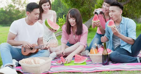 melão : people eat watermelon happily and enjoy go on a picnic