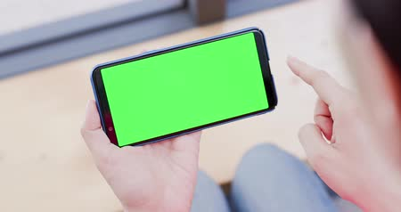 película de filme : woman uses cell phone with green screen