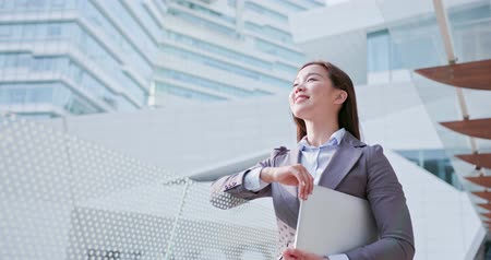 the city : business woman with laptop smiles happily Stock Footage