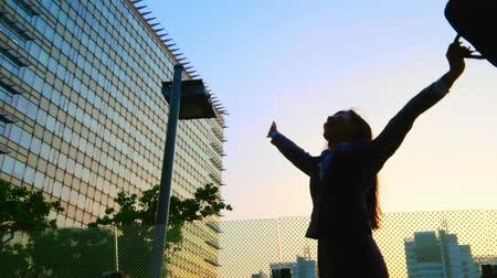 vencedor : silhouette of business woman smiles happily and feel excited Stock Footage